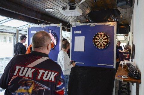 Dart: Den lokale dartklubben har åtte medlemmer. Her fra turneringen Odda Open på Vertshuset i 2019. Foto: Ernst Olsen