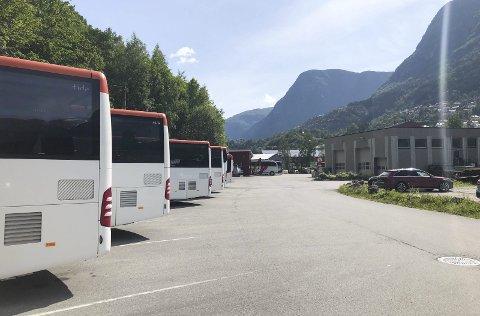 Ragdesletta: Odda Rutebuss AS ønsker å kjøpa delar av gnr. 57 bnr. 34, som i dag vert nytta som oppstillingsplass for Tide sine bussar. Foto: Ernst Olsen