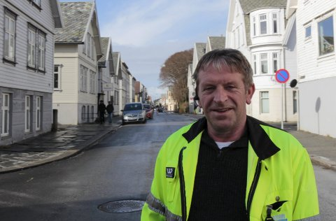 ØDELAGT: Oppsynsmann Geir Åge Dagsland ved vannlednings-kummen som skal skiftes. Foto: Hans Inge Ringodd