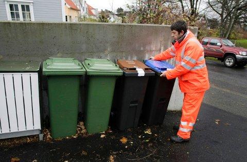 KJØRER FOR HIM: RenoNorden har i en årrekke tatt seg av avfallshåndtering for Haugaland Interkommunale Miljøverk (HIM). Her ser vi Elvis Boyadjiev fra Reno Norden kjøre ut nye dunker i Haugesund i 2009.