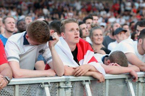 Engelske fans fortviler etter semifinaletapet mot Kroatia. (Martin Rickett/PA via AP)