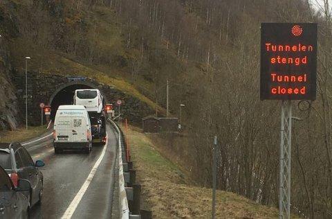 E 134: Åkrafjordtunnelen er stengt mandag formiddag. Entreprenør ventes å være på stedet i 11-tiden.