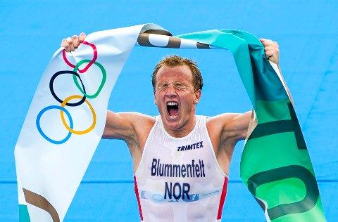 HISTORISK: Kristian Blummenfelt tar gull i triatlon for menn i Odaiba Marine Park i Tokyo.