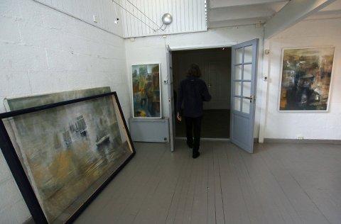 Da det var bestemt at Hugo Aasjord skulle være festivalkunstner under Petter Dass-dagene 2018, begynte han å male på et bilde inspirert av jektefart. Nå står det parkert i et hjørne i galleriet i boligen på Engeløya.