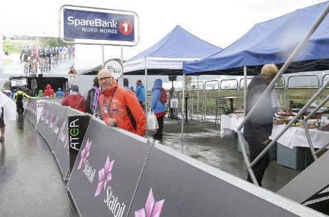 SERVERING: Trond Are Rasmussen foran uteserveringen i VIP-området ved målgangen på Korgfjellet.  FOTO: PER VIKAN