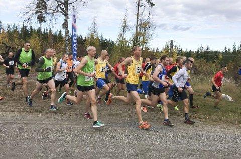I TETEN: Yngvar A. Hansen (hvit trøye) i tet fra start på 10 km. – Jeg var vel i teten i 200 meter, sier Yngvar.  FOTO: JOHAN MODIN