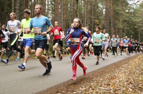 LØP FORT: Amalie Kristin Kvandal fra Leirfjord i akjson i Hytteplanmila. Hun senket sin personlige rekord med noen sekunder. Foto: Hans Rakeie