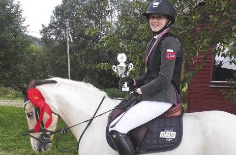 SØLV: Erica Jørgensen med ponnien Max Lad fikk sølvmedalje under KM i sprangridning.  FOTO: PRIVAT