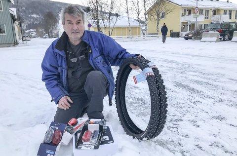 VIKTIGST: Bjørn Helge Bredesen mener at gode piggdekk og godt lys er det som er viktigst med vintersykling. Foto: Per Vikan