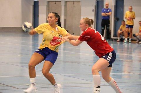 TOPPSCORER: Janniche Kummermo (t.v.) ble toppscorer i Kippermohallen da MHK/SIL 2 tok sin første hjemmeseier.  Foto: Marius Guttormsen