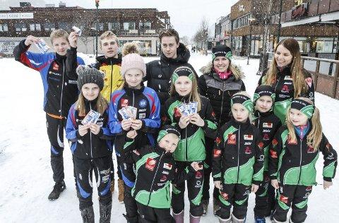 INNTEKTER: Skiklubbene i Vefsn har i mange år skaffet seg inntekter med salg av billetthefter. Nå kan de få penger på Vipps. Bildet er fra i fjor da klubbene solgte heftene. Foto: Per Vikan