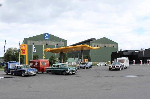 Retro: To eldre Chevrolet-er med retro campingvogner er å tur nordover etter en drivstoff-stopp på handelsparken.