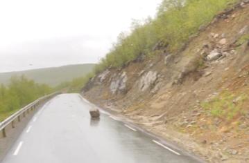En stor stein sperrer høyre kjørefelt på E6 i Roavvegieddi.