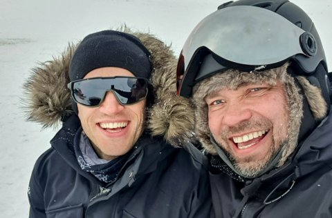 SAMARBEIDER: Tarjei Bø (t.v.) har i slutten av april spilt inn nye reklamefilmer til sin sponsor Finnmark Rein på vidda. Her er han med daglig leder i Finnmark Rein, Are Smuk Figved, som er en av sponsorene hans.