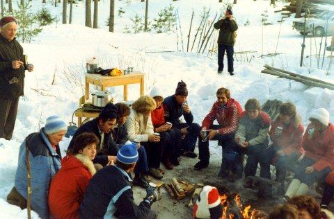 VIP-LOSJE: Pølser, kaffe med nogo attåt og tømmerstokker som benker var komforten Finstadbru IFs skigruppes fotsoldater unnet seg under sin bankett i en ikke altfor fjern fortid.