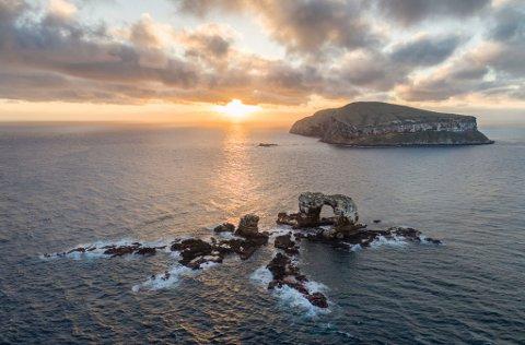 Det er langt frå Ekvador og ut til Galapagos. Me forlet fastlandet og etter ei lang reis, 1000 km. ut i Stillehavet, kjem øygruppa til syne., skriv Jarle Braut.