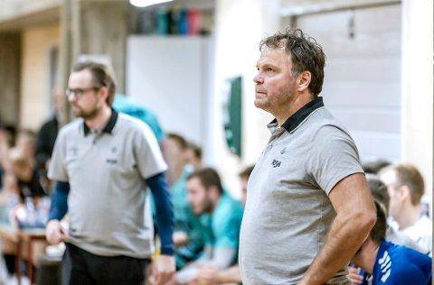 ETTERLYSER MÅLSETTING: Rune Haugseng fotografert under kampen mot Halden søndag kveld. I bakgrunnen trenerkollega Heine Jensen.