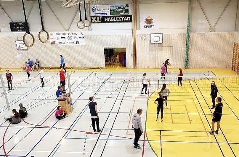 Slitsomt, men gøy: Volleyball til sola står opp. Nattvolleyball har i flere år vært et populært tilbud i Hof. Slitne blir alle, men gleder seg til neste nattlige dyst om et år gjør de. Begge foto: Privat