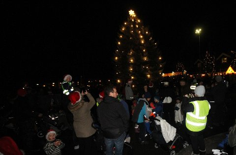 LYS: Lørdag kveld gikk nissetoget gjennom Holmestrands gater. Det hele ble avsluttet med allsang og tenning av julagrana.