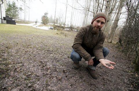 Oppgitt: Dele av plenen til Ole Anders Rønningen i Solumveien er dekket av grov grus.foto: Jarl Rehn-Erichsen