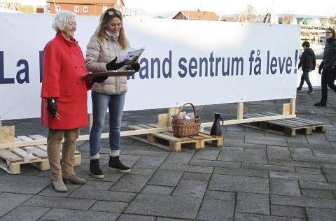 AKSJONERTE: Anne Ki Klemetsen (til v.) og Gerd Schrøen samlet inn underskrifter i sentrum lørdag. Foto: Lars  Ivar Hordnes