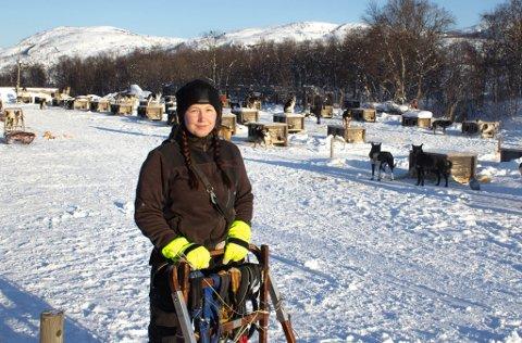 HUNDEPASSER: - Å få passe hunder og å kjøre hundespann på fjellet i sola er helt fantastisk, sier Kristine Mienna (25).