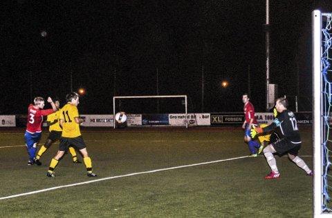 Mål: 2–0-scoringen. Kragerøs Espen Brynemo (delvis skjult) skyter et godt plassert skudd og Drangedals målvakt Einar Odden kan intet gjøre.