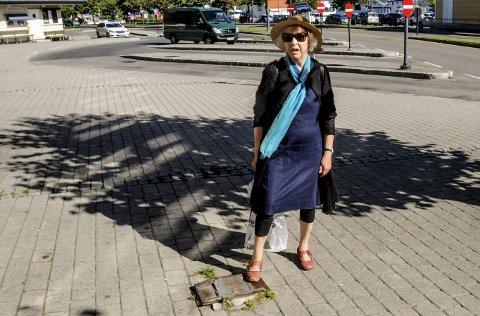 Farlig: Anne Johanne Ask Evensen viser den lille forhøyningen utenfor Jernbanestajonen hvor det en gang sto en flaggstang.
