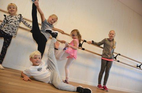 Myke: De som deltok i danseworkshopen viser hvor myke de er.