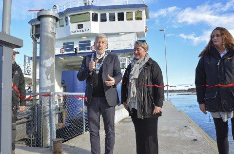 Offisiell åpning: Ordfører Jone Blikra foretok den offisielle åpningen av støttekaia på Aasvik ferjeleie på Jomfruland. Her sammen med lederen i velet, Ruth Ellegård. Også på bildet Anita Moen fra Havnekontoret.