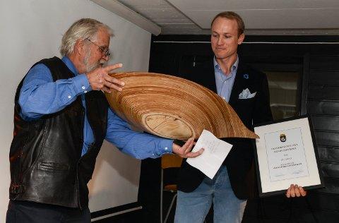 Gotfred Nilsen overrekker håndverkerprisen til Glenn Bergsland-Haslum.