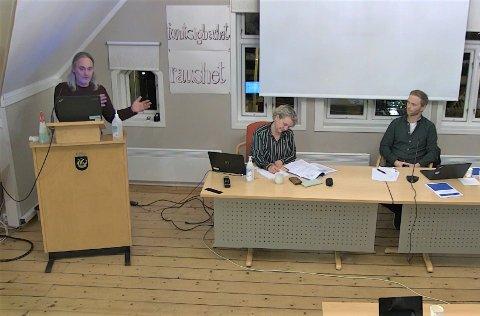 DEBATT: Håkon Ljosland (Rødt) var blant dem som ofte tok ordet under skolestrukturmøtet. Ved siden av sitter kommunalsjef for oppvekst Torill Marlene Sandberg og hovedutvalgsleder Thorbjørn Amundsen Sørheim (KrF).