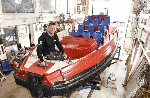 Amfi-båt: Roger Reigstad har gjort om ein Kloster Patrol til turistbåt med kinosalamfi for skodelystne turistar i Sognefjorden.