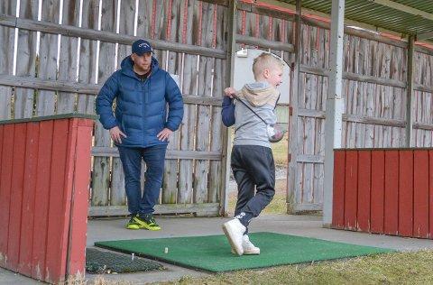 BARN: Kvinnherad golfklubb etablerer no eit nytt tilbod for barn. Jim Are Hansen (t.h.) i golfklubben er blant primus motorane, og han fekk sonen sin Julian (7) til å demonstrera eit skikkeleg svingslag for Kvinnheringen.