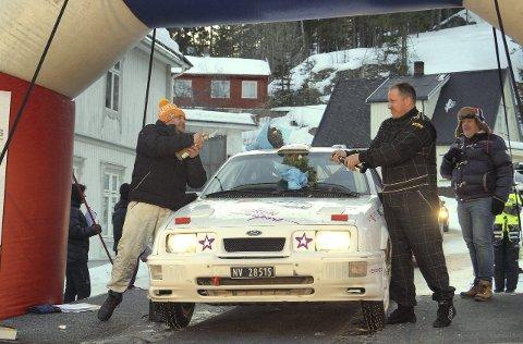 VANT: En lykkelig Ole Gunnar Skogli (t.h.) og kartleser Raymond Braaten feirer seiern i nasjonalklassen i Numedalsrally. (FOTO: ANNE BERIT J. REINSBORG)