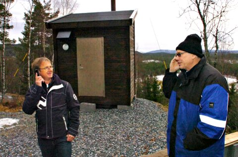 UTEN KONTAKT: Knut Klev som bor på stedet sier at de har vært uten telefon i en uke. Bildet er fra 2007 da basestasjonen åpnet. Klev var en av drifkreftene for å få det til.
