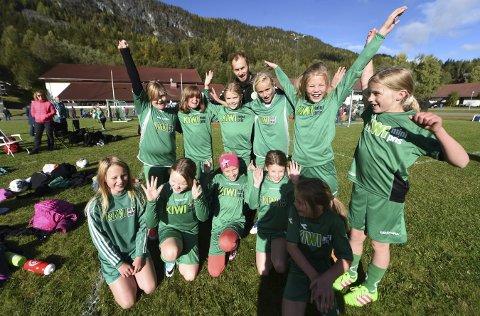 GLADE ROV-JENTER: Trener Geir Løitegård og ivrige fotballjenter fra Rollag og Veggli storkoste seg i Numedalscupen.