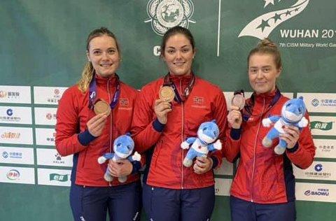 BRONSEJENTER: Katrine Aannestad Lund (t.v.), Jeanette Hegg Duestad og Oda Løvseth ble bronsevinnere i militært-OL onsdag.