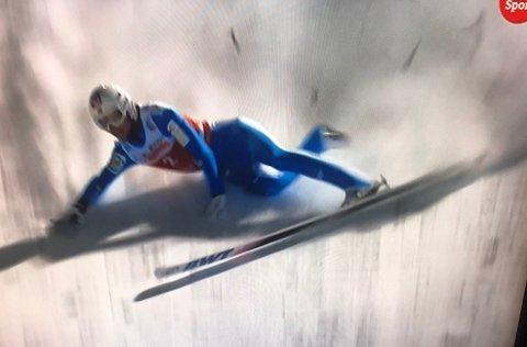 FALT STYGT: Daniel-André Tande falt stygt i Ruka og ble fraktet ut av bakken i båre, men heldigvis gikk det bra. SKJERMPDUMP NRK