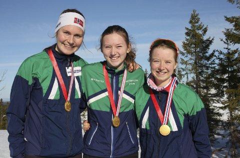 Blide jenter: Gulljentene Maren Jansson Haverstad (t.v.), Synne Strand og Tilla Farnes Hennum imponerte da de sikret seg gull i stafetten. Foto: Privat