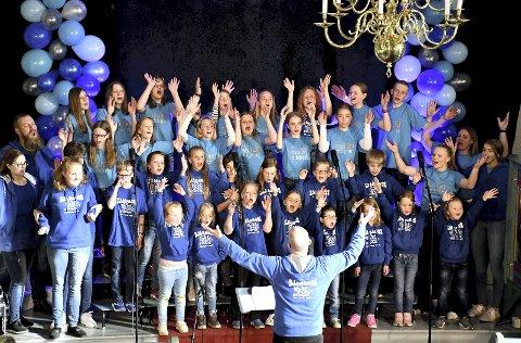 BLÅ OG BLIDE: Sjåbagos og Lier Soul Children holdt sin livlige vårkonsert i Sjåstad kirke for 15. gang forrige mandag.