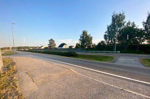 KJØRER FEIL: På venstre side er utkjørselen fra golfklubben, til høre er snarveien flere bruker for å komme seg over enveiskjørte riksvei 22.