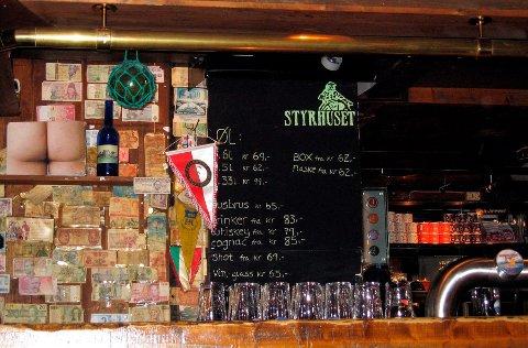 Styrhuset får ny innredning: Styrhuset pub fra 17. mai 1988 har stort sett hatt samme utformingen hele tiden. I nedre del av bilde ser man den grove disken i baren, som var hugget til med øks, slik også møblene var. Når du nå besøker den legendariske puben igjen vil du oppleve en ny spennende verden.