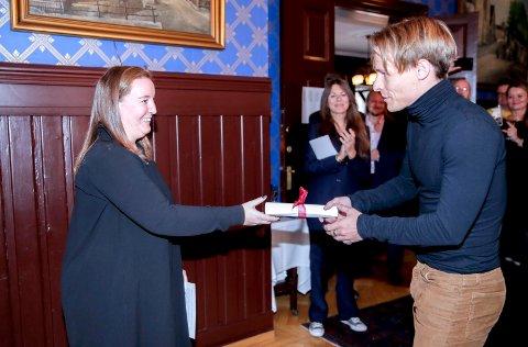 Sondre Justad får Rolf Gammleng-prisen i kategorien pop av Martha Lyse. Foto:
