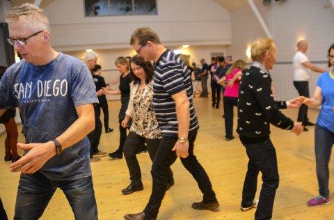 – Laaang rytme, laaang rytme, og gå og gå!: Marit Strøm leder kurs i blues jump, en danseform i swing. Golvet er dypt konsentrert om oppgaven.