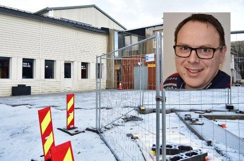 Eiendomssjef Arild Jakobsen (innfelt) i Vestvågøy  kommune har fått tre interessenter som vil starte et nytt serveringstilbud i de gamle lokalene til Sans og Samling på Meieriet.