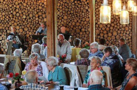 SOSIALT: Praten gikk livlig ved bordene i Norges kanskje aller mest kjente låve.
