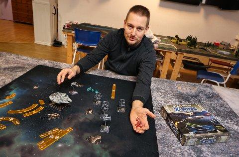 TABLETOPBATTLE: Turneringsleder Damon Andersen er klar for slag på spillbordet.