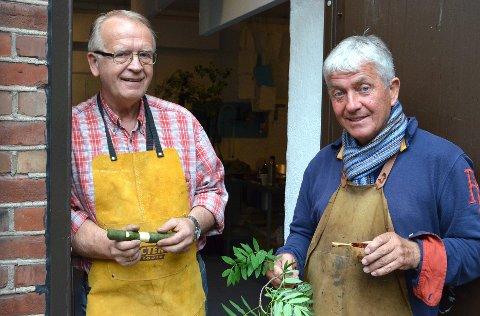 KAN KUNSTEN: Alf Disenbroen (til venstre) og Dag Andresen lærer bort kunsten å spikke seljefløyter. (Pressefoto)