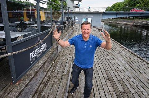 VED KANALEN: Tommy Hyggen på Fiskebasaren inviterer til sommer og sol og allsang på bryggekanten.